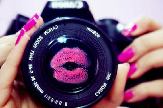 camera-canon-fashion-kiss-lips-nail-Favim.com-46153