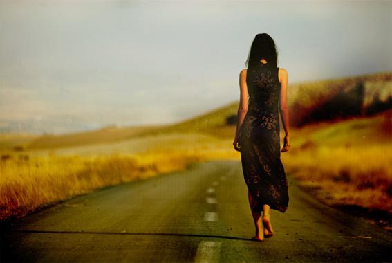 ilovegreeninsp_girl_walking_on_the_street_barefoot