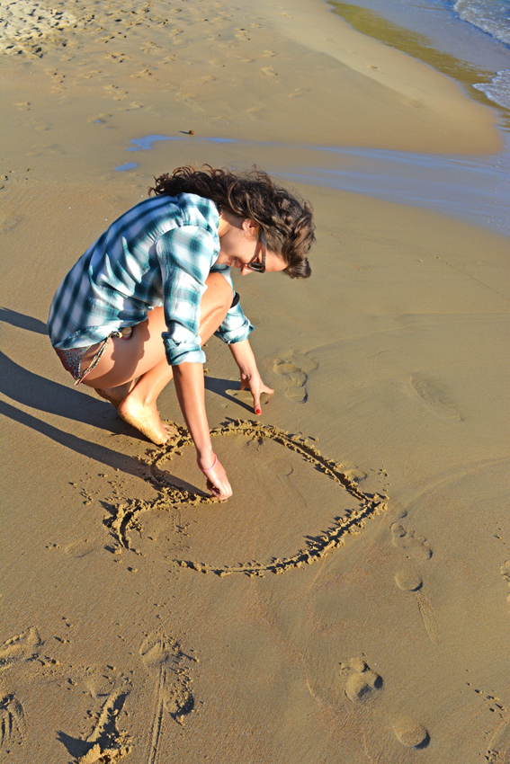 ILOVEGREENINSPIRATION_drawing_a_heart_on_the_beach