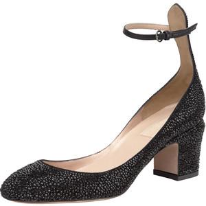 Un paio di scarpe nere