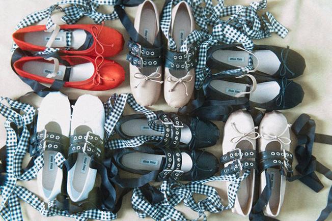 scarpe-ballerine-con-natri-e-fibbie-miu-miu