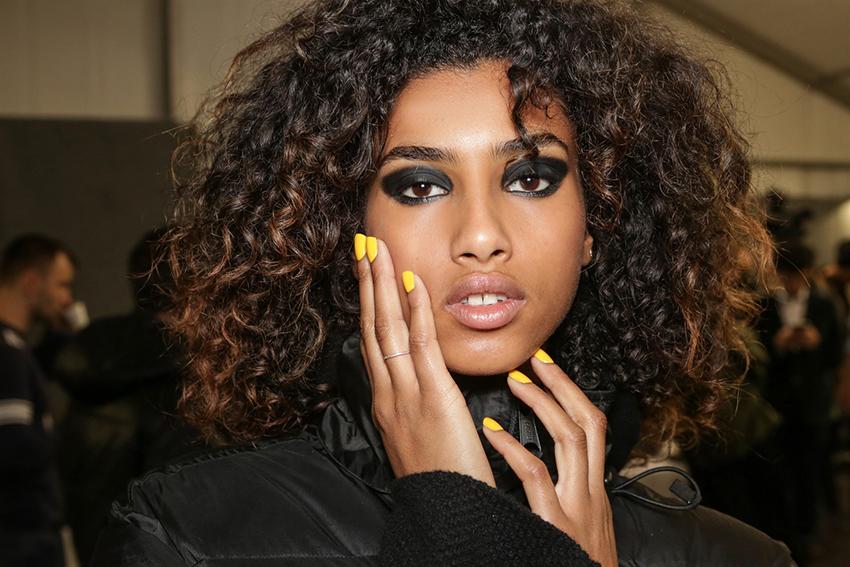 unghie giallo senape