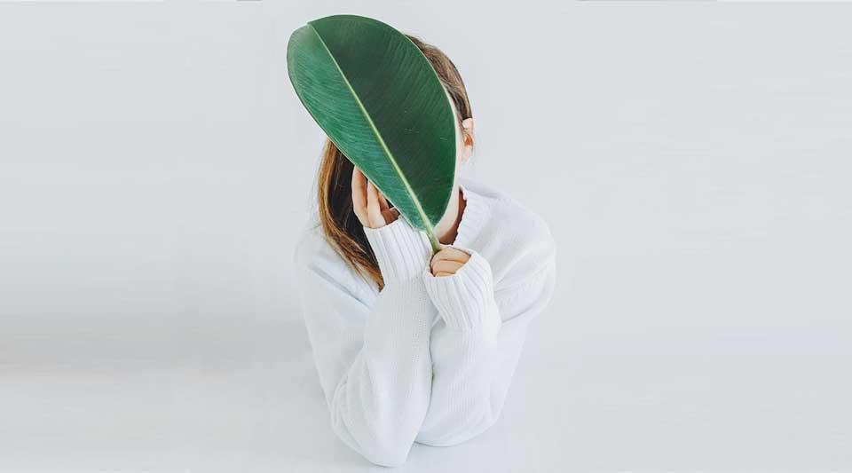 Ricerca identità, foto d'autore, outfit bianco e verde, fashion photography, identità per Bauman